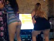 Novinhas gostosas dançando funk mostrando a bunda