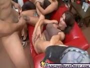 Safadas chupando o Stripper em um festinha