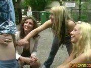 Três safadas gostosas batendo punheta para um sortudo
