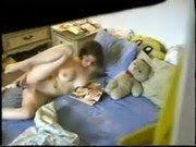 Filmou a irmã novinha se masturbando no quarto
