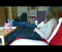 Novinha safada tirando a roupa no sofá