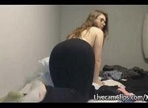 Novinha nerd se masturbando na webcam